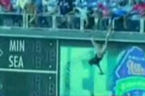 A cazut din tribuna incercand sa prinda mingea